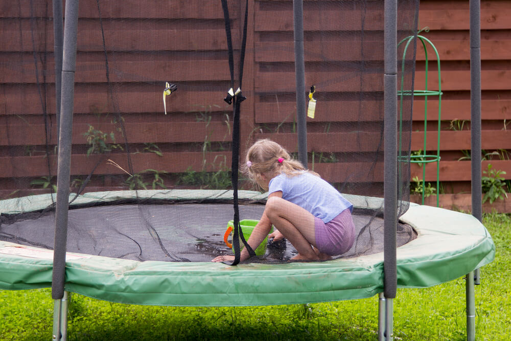 How to clean a trampoline (1)